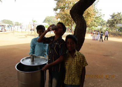 Lapset juomassa